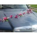 Décoration de voiture de mariage avec des orchidées fuchsia