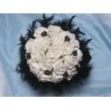 Bouquet de mariée avec roses blanches, coeurs noirs et diamants