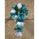 Bouquet tombant de mariage thème turquoise avec roses, lys, perles