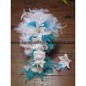 Boutonnière Mariage fait main avec des lys et plumes turquoises