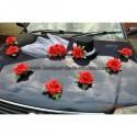 Décoration de voiture pour mariage avec roses, chapeau et voile
