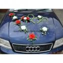Décoration pour voiture de mariage avec des roses rouges, blanches