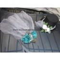 Décorations de voiture avec chapeau, voile et roses turquoises
