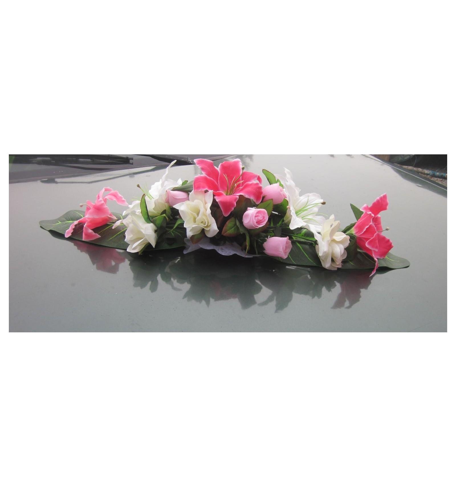 composition florale pour mariage avec lys et roses bordeaux ou rose