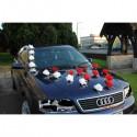 Décoration voiture mariage magnifique avec des roses et perles