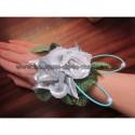 Bracelet mariage avec roses blanc, argent et des perles et rotin