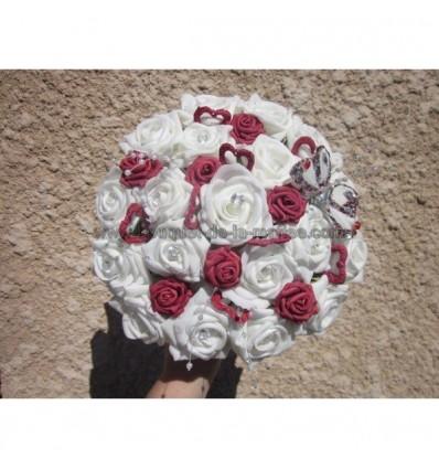 Bouquet mariée coeurs et roses bordeaux