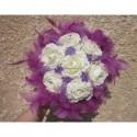 Bouquet de Mariée Rond avec des Roses prunes et des Plumes