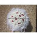 Bouqué de mariée fait de roses, diamants, plumes rouges et blanches