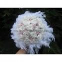 Bouquet de mariage Féerique fait avec des roses et plumes blanche