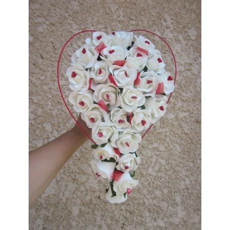 Bouquet mariée roses et coeurs rouge