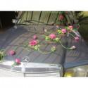 Décoration de voiture des mariés avec roses thème vert et fuchsia