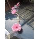 Bouquet décoration de voiture moderne avec des marguerites rose