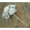 Baguette de fleurs pour mariage avec roses, perles, plumes, feuilles