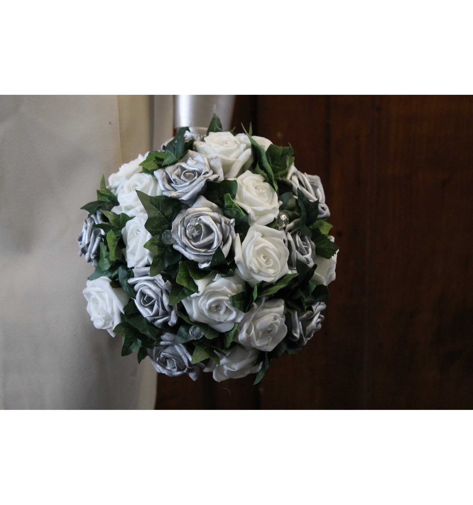 bouquet de mariage blanc et gris argent avec roses feuilles diamant bouquet de la mariee. Black Bedroom Furniture Sets. Home Design Ideas