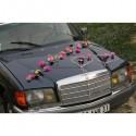 Belle décoration de voiture de mariage thème vert anis fuchsia