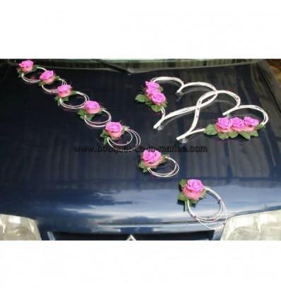 Décoration voiture mariage cœurs et roses