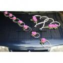 Décoration de voiture pour mariage fait avec des cœurs et roses