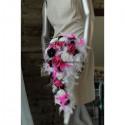 Bouquet marié cascade thème blanc et noir avec fuchsia et plumes