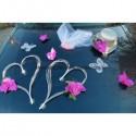 Décoration de voiture de mariage avec orchidées sur cœurs gris, fuchsia