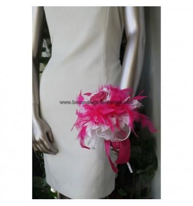 Bouquet de mariée en plumes et perles couleur blanc et fuchsia avec des perles