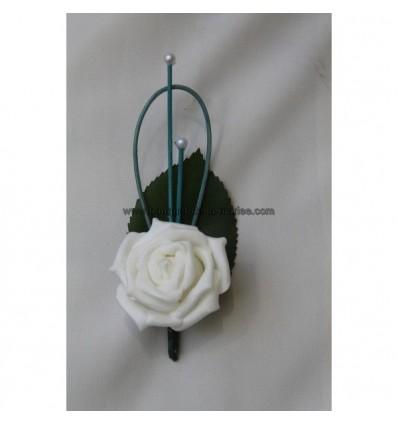 Boutonnière pour mariage blanc et turquoise perlé