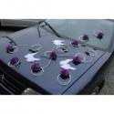 Décoration de voiture de mariage avec des ailes d'anges et roses