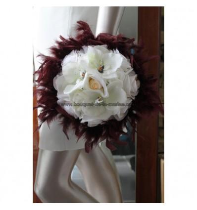 Bouquet de mariée avec des orchidée chocolat ivoire et des plumes