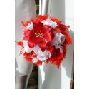 Bouquet de la mariee Rond avec un grand Lys, des roses et plumes