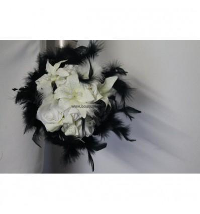 Bouquet rond noir, plumes, roses, lys, perles, strass et plumes