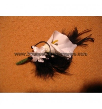 Boutonnière Mariage arum noir / blanc avec plumes, perles et roses