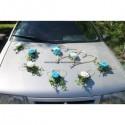 Décoration pour voiture de mariage avec des roses turquoise et blanches