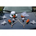 Décoration voiture pour mariage: chapeau, voile, coeurs orange