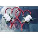 Décoration mariage en cœur de rotin rouge avec roses blanches