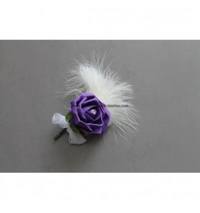 Belle Boutonnière pour marié avec rose violet et des plumes