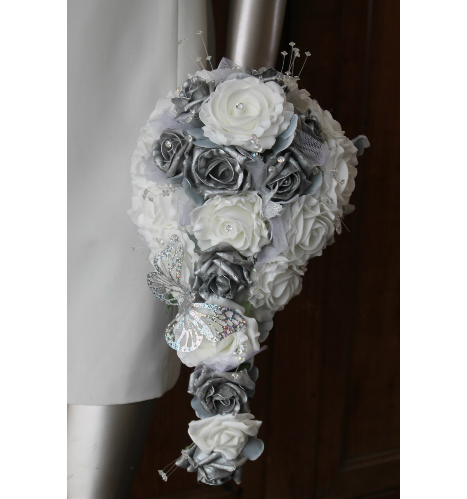 bouquet pour mariage tombant th me roses blanches gris argent bouquet de la mariee. Black Bedroom Furniture Sets. Home Design Ideas