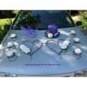 Composition florale voiture mariage cœurs, chapeau et voile violet