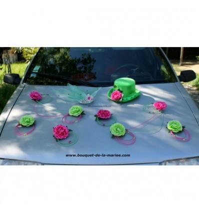 Composition voiture mariage chapeau voile fuchsia et vert