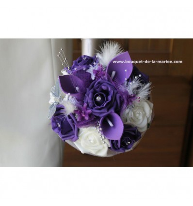 Bouquet demoiselle d'honneur arums violet avec plumes et perles