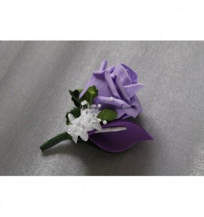 Belle Boutonnière pour marié avec rose et arums parme et des plumes