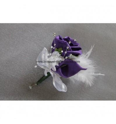 Belle Boutonnière pour marié avec rose et arums violet et des plumes
