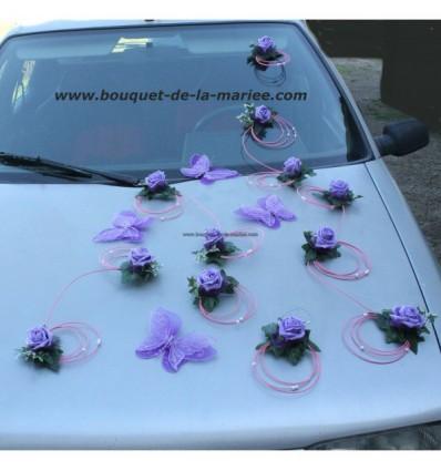 Décoration de voiture pour mariage avec papillon et roses parme et rose