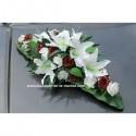 Composition florale pour voiture de mariage blanc et bordeaux