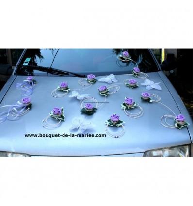 Décoration voiture mariage avec papillon et roses parme et blanc