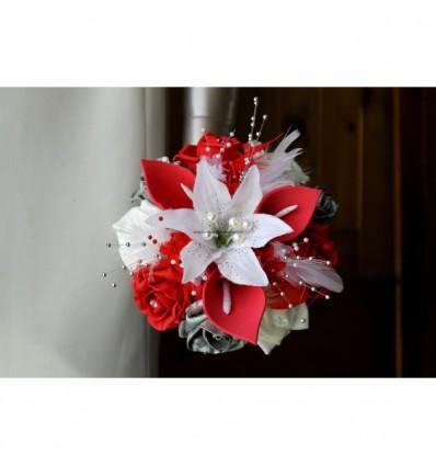 Bouquet demoiselle d'honneur arums rouge avec plumes et perles
