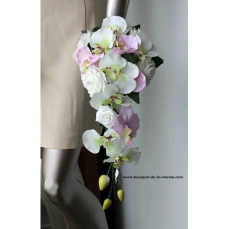 Bouquet mariage cascade ivoire et rose tendre avec roses, perles...