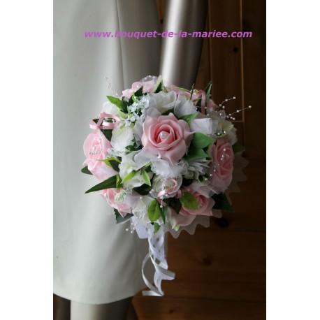 Bouquet de fleur fait de roses couleur rose ou bordeaux et des perles