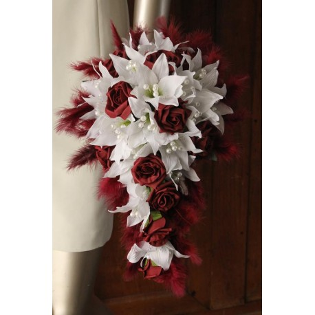 Bouquet bordeaux re-tombant lys roses plumes