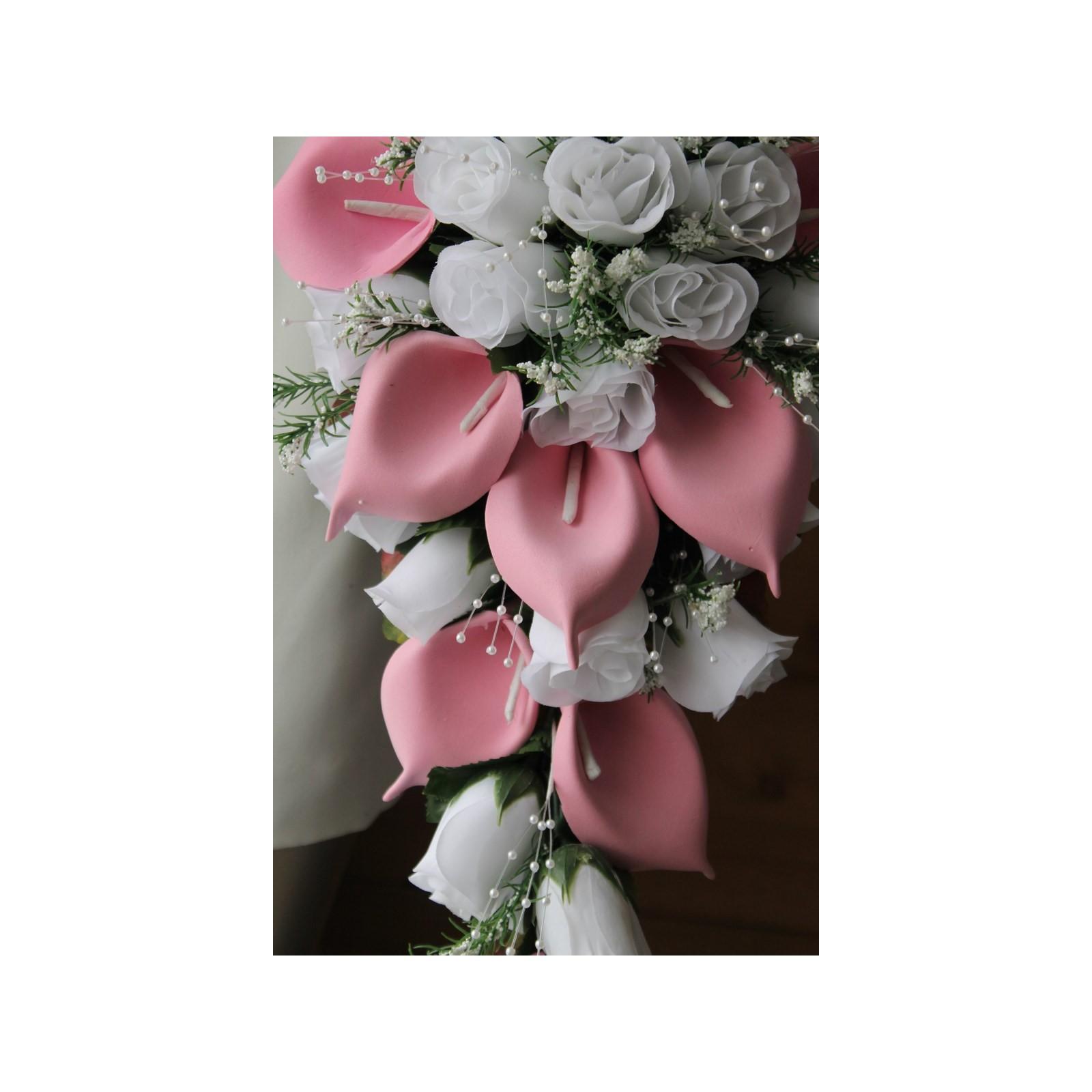 bouquet cascade pour mariage fait avec des arums rose clair