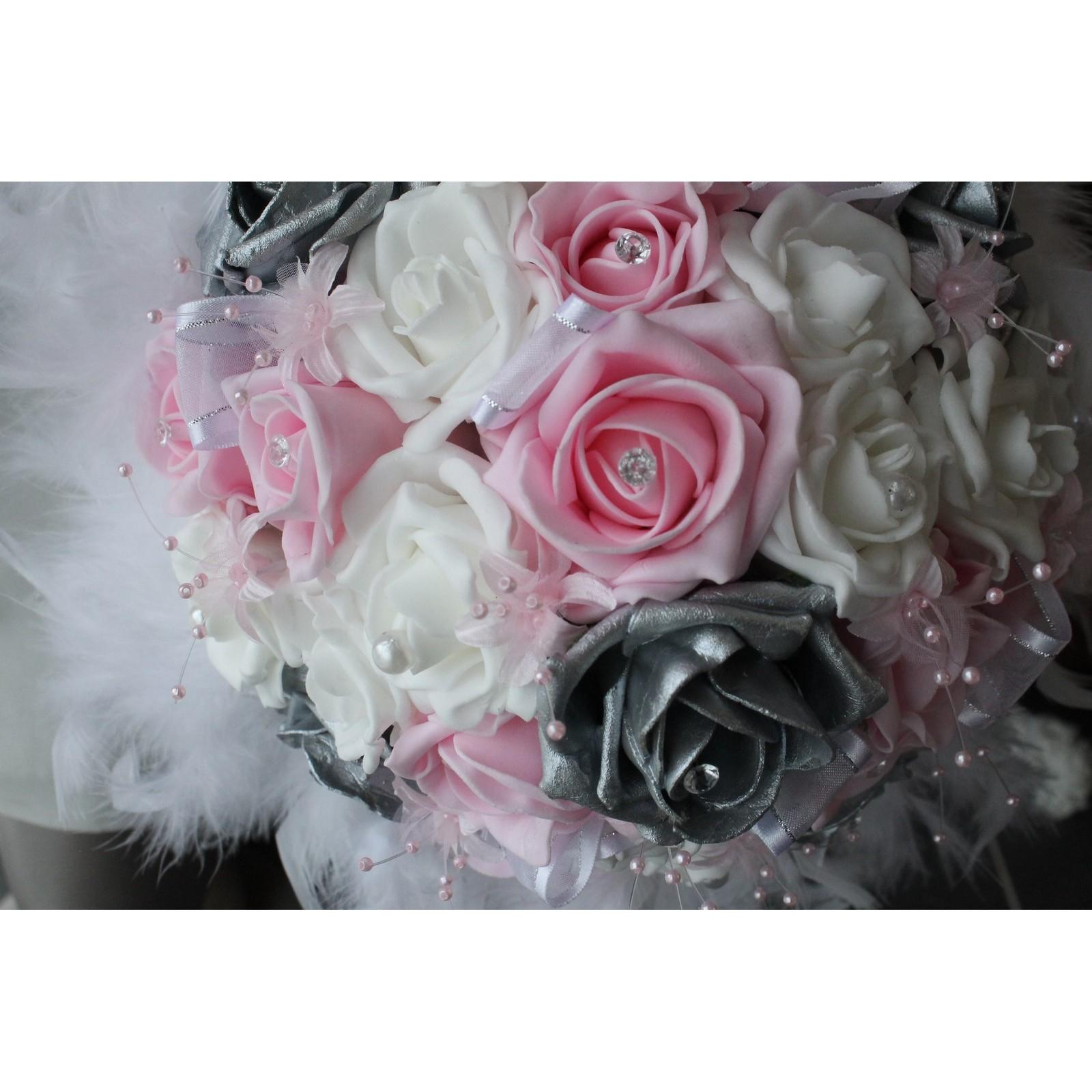 bouquet mariée roses blanc ou ivoire, rose, argent et plumes